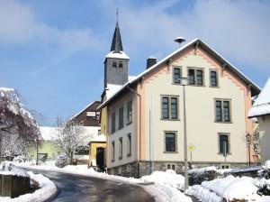 """Die """"Alte Schule"""" und die Herz-Jesu-Kirche im Winter 2005"""