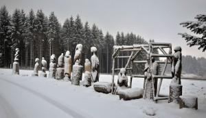 Die einschneiten Figuren des Künstlers Jens Röser.
